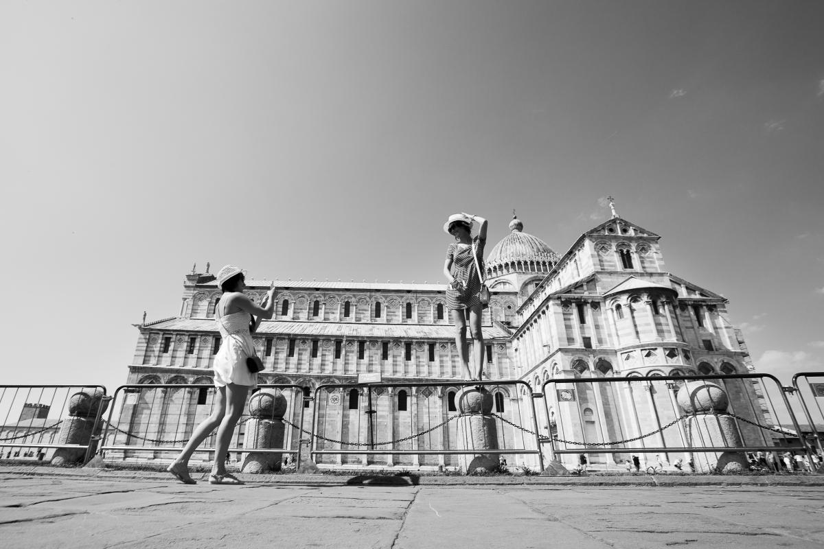 Iperselfie - Trionfo di selfie sotto la Torre di Pisa